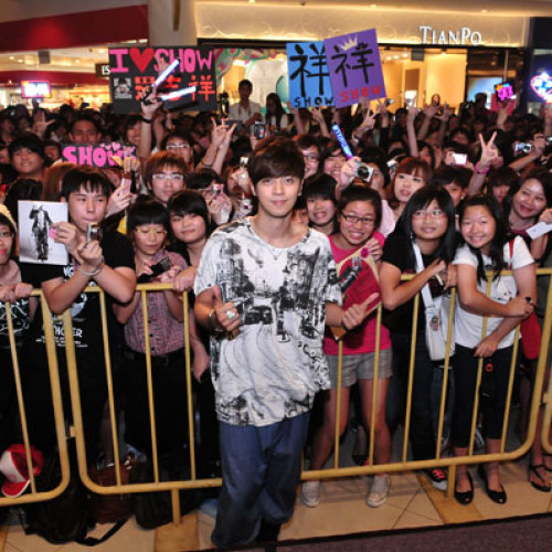Show Luo World Live Tour Handshake Session